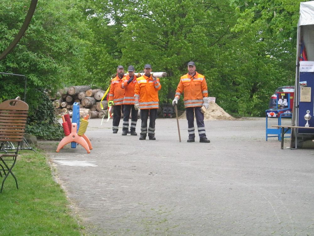 Die Maibaumträger warten auf das Signal. - Maifest Hittbergen Fotogalerie -