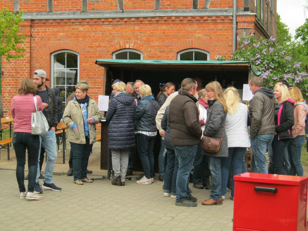 Getümmel vor dem Weinstand- Maifest Hittbergen Fotogalerie -