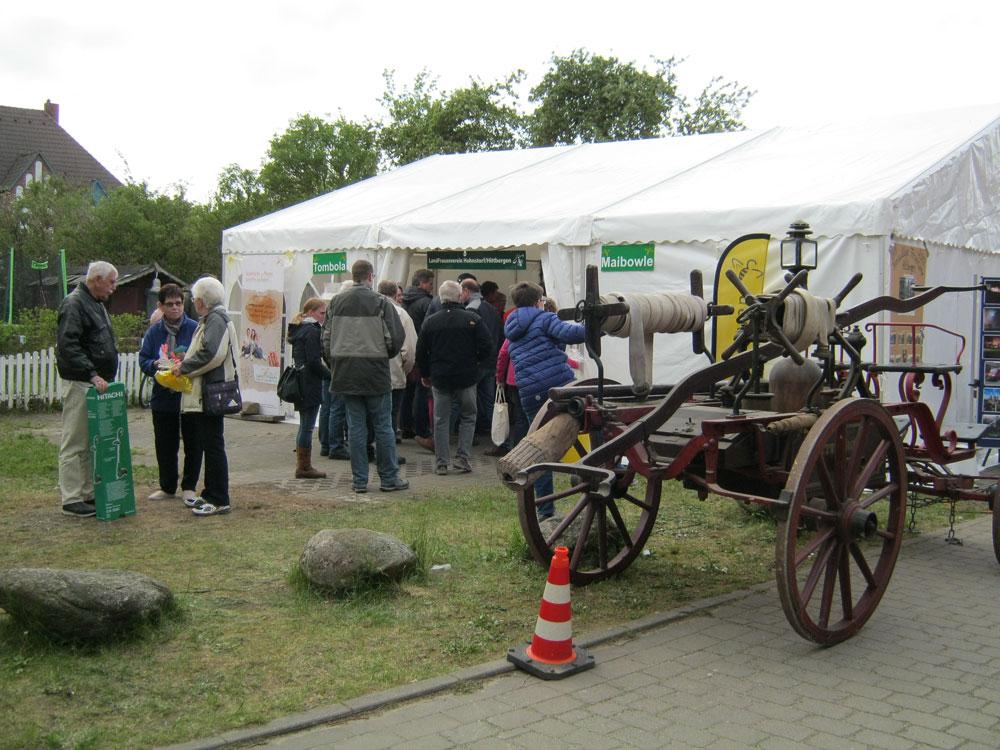 Die leckere Maibowle gab es bei den Landfrauen, dazu vielleicht einen Gewinn bei der Tombola.- Maifest Hittbergen Fotogalerie -