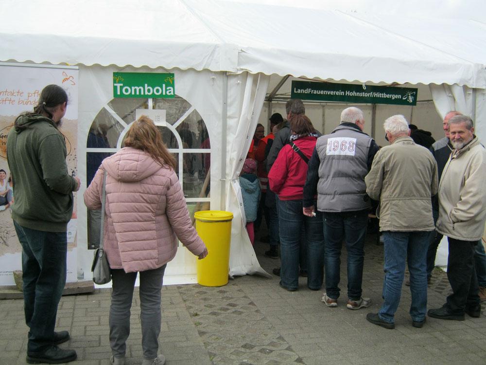 Die Schlange der glücklichen Tombola-Gewinner.- Maifest Hittbergen Fotogalerie -
