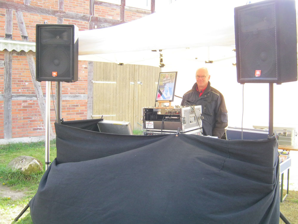 DJ Rüdiger sorgt für die musikalische Untermalung.- Maifest Hittbergen Fotogalerie -